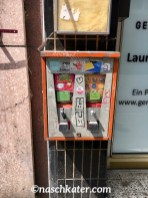 Antiker Kaugummiautomat an Hauswand in Köln