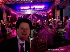Party, Party, Party im Festzhelt - im Hintergrund eine Tanzeinlage auf der Bühne.