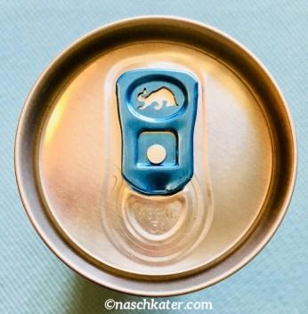 """Hat schon mal jemand darauf geachtet, wie schön der Dosenverschluss bei einer Red Bull-Dose ist? Nicht nur ist die Metalllasche in einem hellblauen Farbton gehalten, sondern auch das Stieremblem ist eingefräst. In Fachkreisen heißt dieser Verschluss wohl """"Stay-On-Tab"""", während die alten, zum abreißen, Abziehring oder Ring-Pull hießen."""
