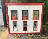 Kaugummi-Automat in Tempelhof mit Flummies für 20 Cent-Boxer Sticky-Spielzeug für 50 Cent und RainBlo Früchtchen für 10 Cent