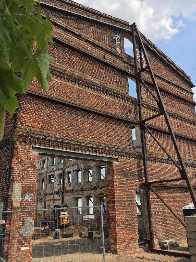 Gebäudehülle der alten Fabrik in Neuruppin