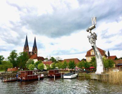 Neuruppin am Ruppiner See mit Skulptur.