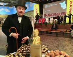 Fontane lebend (links) mit Fontanebüste aus vergoldeter Schokolade ©Oliver Numrich