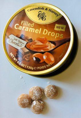 Die gefüllten Bonbons von Cavendish und Harvey sind wieder in den klassischen Runddosen verpackt. Als Trennmittel dient Staubzucker.
