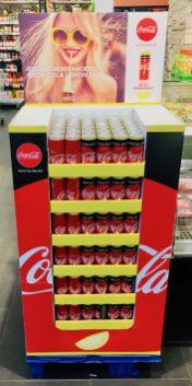 Interessant: Ein vollgepacktes Display mit Coke Zero mit Zitrone, gesehen im April 2019 in Bad Ischl.