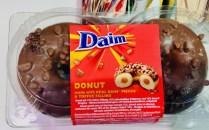 Daim Donuts mit Daim-Stückchen und Toffee Filling
