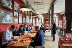 Im Restaurant Trude in Hamburg gab es zunächst eine Einführung zur Manner-Geschichte.