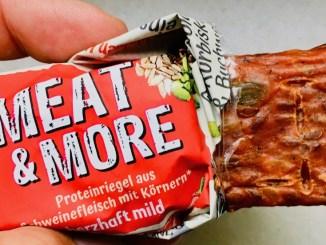 Snack Factory Meat+More Proteinriegel aus SChweinefleisch mit Körnern herzhaft mild mit Leinsamen-Sonnenblumenkernen-Kürbiskernen-Buchweizenkleie offen