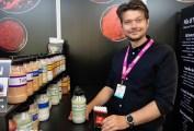 """Henrik Kirk Jensen würzt vorgewärmte Chips oder Popcorn mit den Produkten seines Unternehmens """"Culinar Denmark"""". Darunter sind besonders """"nordische"""" Aromen wie Eingelegte Gurke, Salzlakrits und Preiselbeeren."""