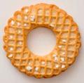 Kaffeegebäck von Kränzel Bad Kreuznach mit groben Zuckerkörnern - Rundkeks - Kranz mit wellenförmiger Außenlinie, Oberfläche mit Quadratmuster (Gitter) vereinzelt grobkörnige Zuckerflocken