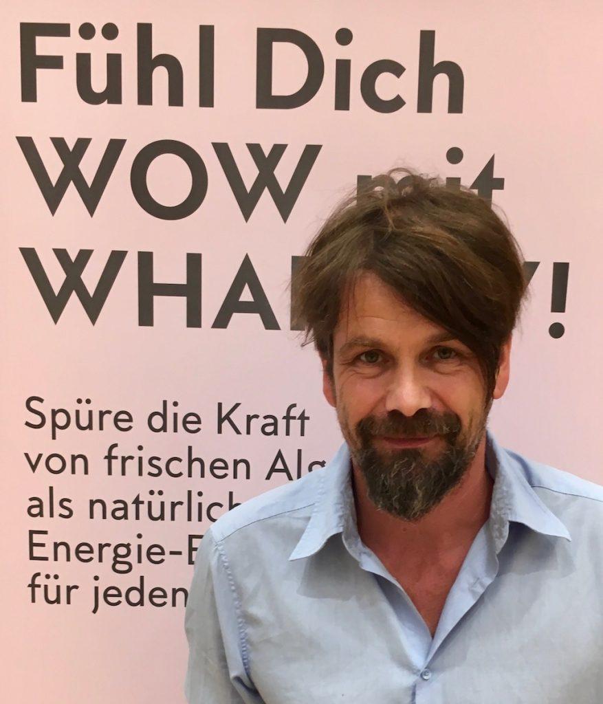 Eskil Puhl ist Gründer von Whapow Deutschland bietet Algen aus eigener Aufzucht als Zutat für Smoothies Salate oder Müslis an