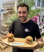 Bug Foundation Gründer Baris Özel präsentiert Mini-Burger aus Insektenmehl