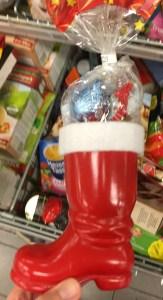 Nikolausstiefel aus Kunststoff gefüllt mit Süßigkeiten