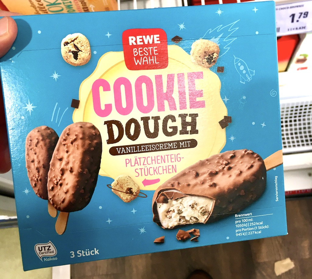 REWE Beste Wahl Cookie Dough Vanilleeiscreme mit Plätzchenteigstückchen 3 Stück