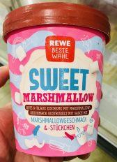 REWE Beste Wahl Sweet Marshmallow Rote und blaue Eiskrem mit Marshmallow-Geschmack gestrudelt mit SAuce mit Marshmallowtückchen