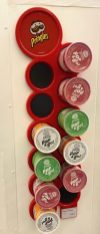Pringles Wanddisplay mit Magneten für Mini-Dosen