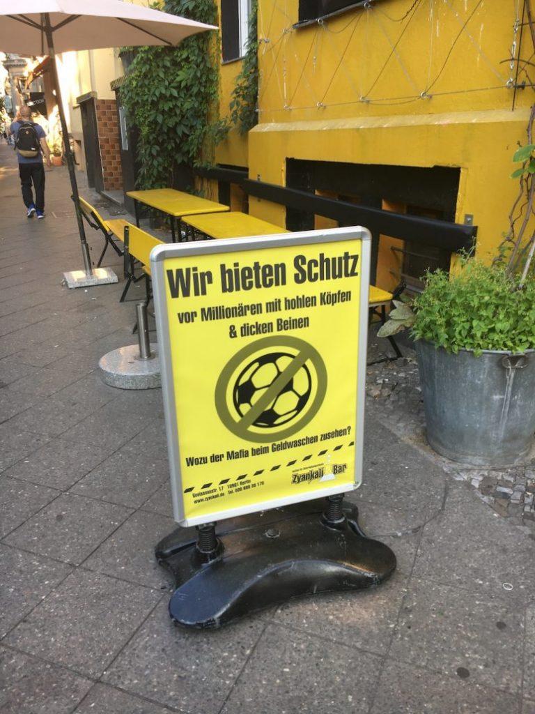 Schild Zyankali-Bar Wie bieten Schutz for Fußball