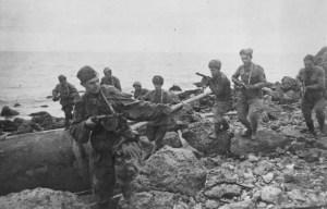 Бойцы 2-й гвардейской Таманской дивизии в боях за расширение плацдарма на Керченском полуострове, ноябрь 1943 г.