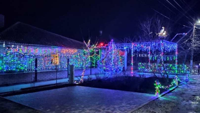 На Азовском море отец с сыном устроили из своего дома новогоднее чудо
