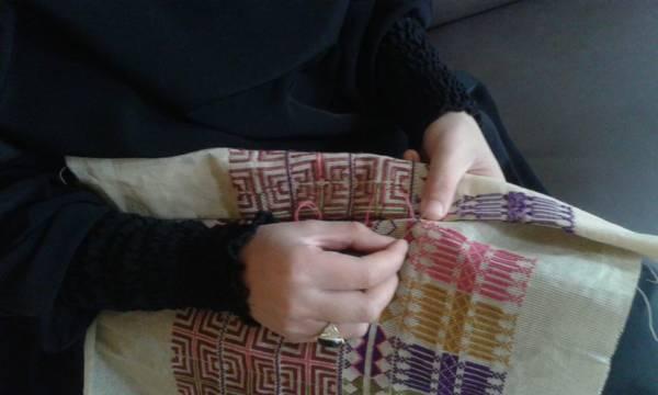 فاطمة خضيرة تروي عراقة التراث الفلسطيني بالإبرة