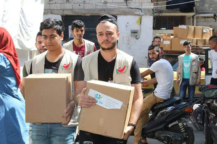 فريق شعلة ناشط الشبابي يستكمل *حملة فكر بغيرك* بتوزيع الحصص التموينية