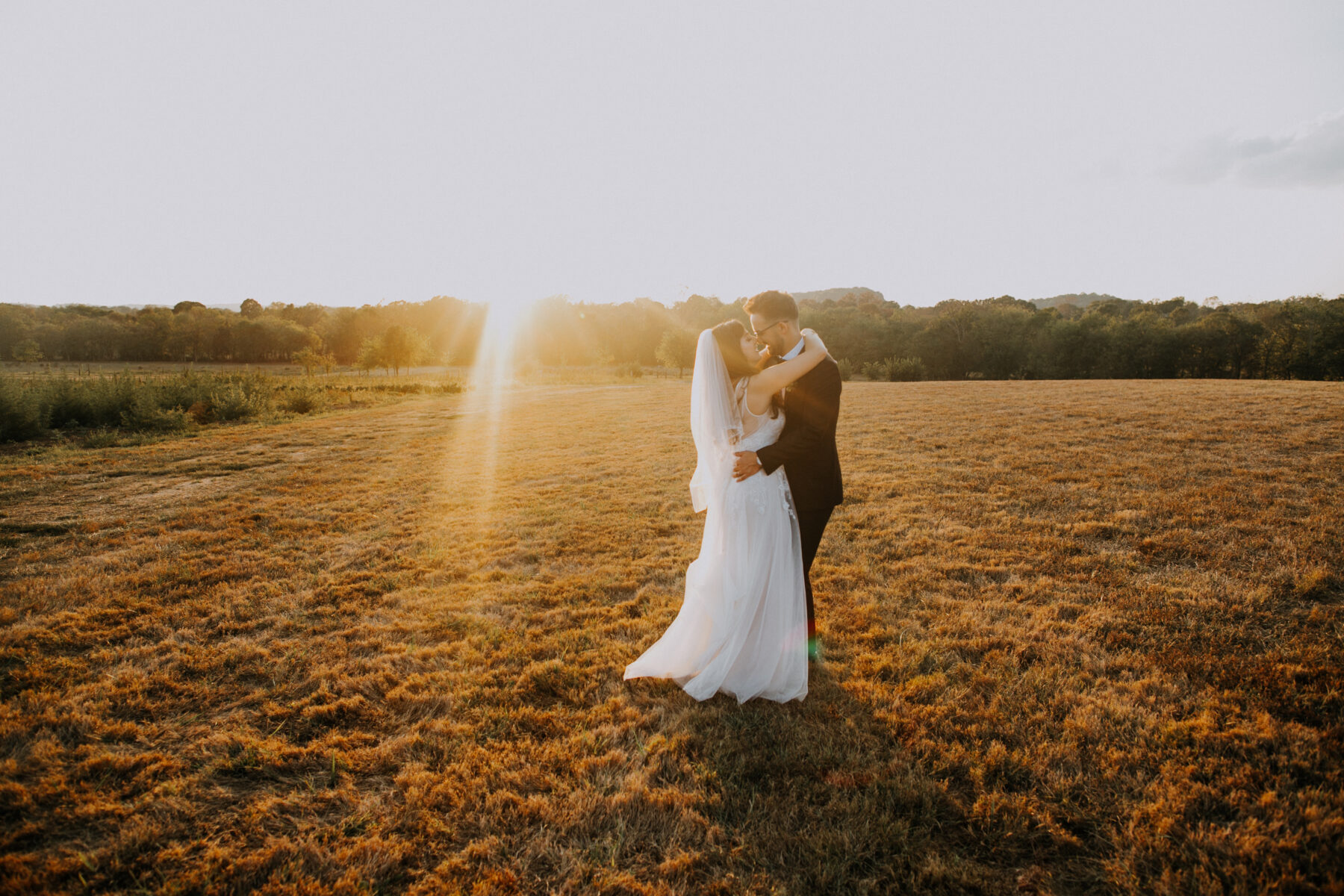 Golden hour wedding photos: Nashville Wedding with Beautiful Views by Teale Photography featured on Nashville Bride Guide