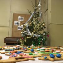Kuvassa joulukuusi ja koristeltuja pipareita.