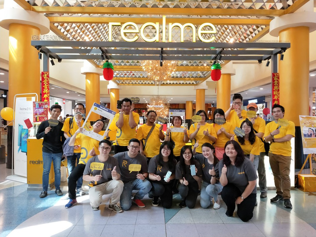 Realme fans and enthusiasts with Realme staff