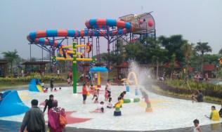 """...Kiddy Zone Waterkingdom Mekarsari dengan latar utama wahana Boomerang Slide..."""