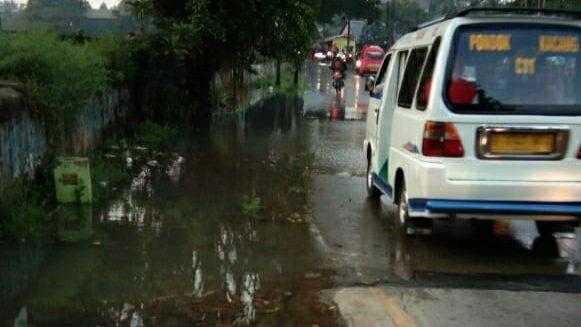 Jalan Pajajaran tergenang air luapan dari Danau Sasak.