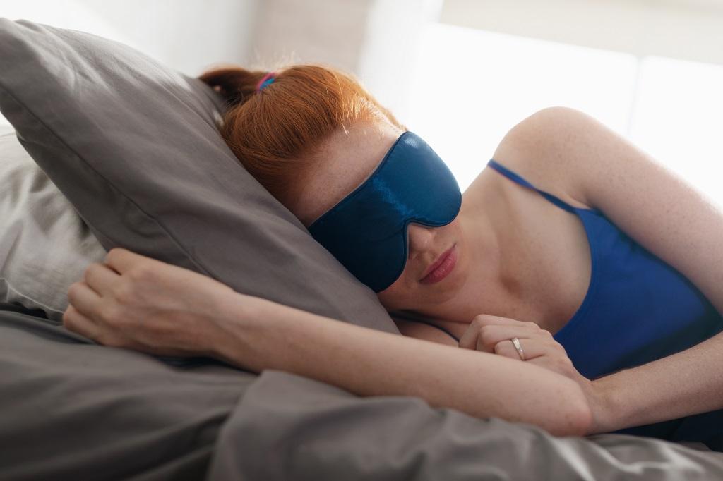 Dlaczego sen jest ważny? Aby zrozumieć, dlaczego sen jest ważny, pomyśl o swoim ciele jak o fabryce, która wykonuje wiele ważnych funkcji. Gdy zapadasz w sen, twoje ciało rozpoczyna pracę na nocną zmianę:Uzdrawia uszkodzone komórkiWzmocnia twój układ odpornościowyOdpoczywa od dziennych czynnościPrzygotowuje serce i układ sercowo-naczyniowy na następny dzień