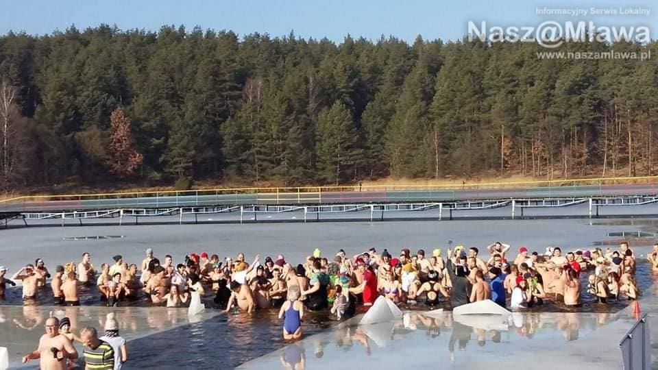 400 amatorów zimnej kąpieli w Zalewie Ruda