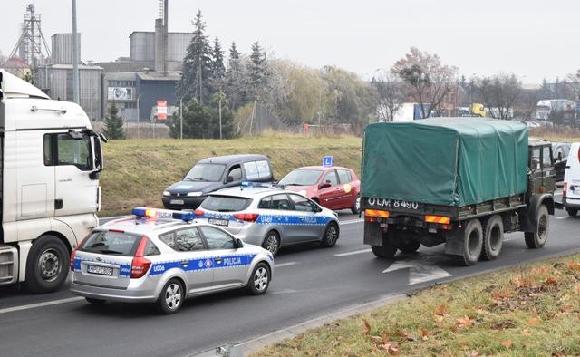 Węzeł II-16. Pojazdy wojskowe pod eskortą śremskiej drogówki