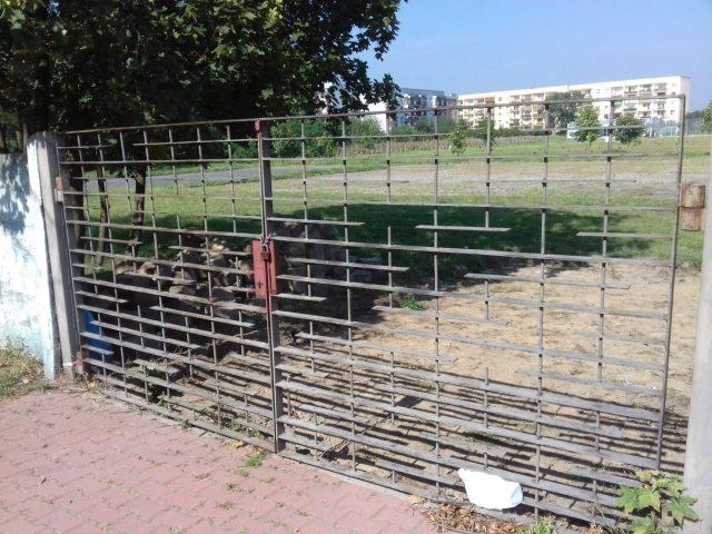 Brama stadionu przy ulicy Zamenhofa w Śremie. Tutaj powstanie Park handlowy.