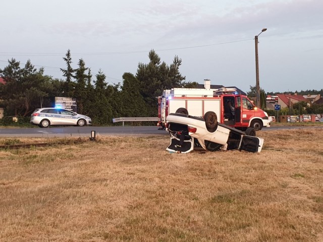 Wypadek na drodze Manieczki - Śrem: Dachował uderzając w słup