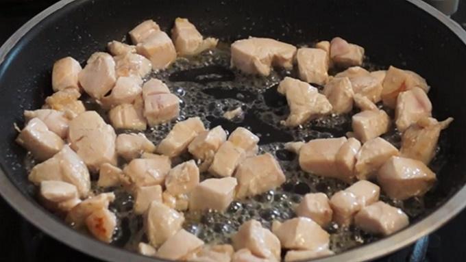 Friggere pezzi di carne di pollo