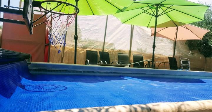 כיסוי סולארי צף לבריכת שחייה להעלאת טמפרטורת מים, מניעת אידוי מים ושימוש מופחת בכלור