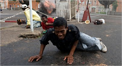 Brutal represión policial en Mdagascar. Walter Astrada fue el único fotoperiodista internacional en estar allí. Su trabajo ha merecido el World Press Photo.