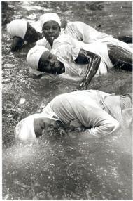 """""""Souki, 4 trances en el río"""" 2002 Serie: Rituales en Haiti. Fotografía blanco y negro"""