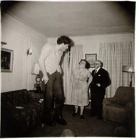 Un gigante judío en casa con sus padres en el Bronx, N.Y. 1970 Diane Arbus