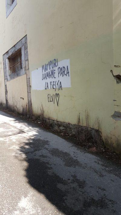 """Un mensaje de WhatsApp escrito en la pared, el cual dice: """"Marupuri llámame para la fiesta"""" Firmado Elvi"""