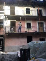 Die Hoffassade wird neu verputzt und gemalt, schön rosa.