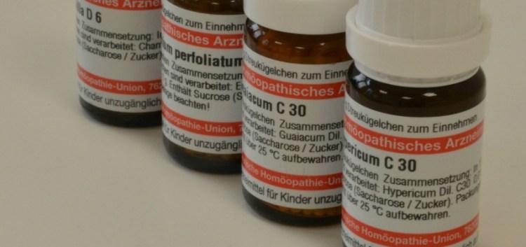 """Das Grundprinzip der Homöopathie lautet """"Ähnliches heilt Ähnliches"""" und geht auf den Arzt und Apotheker Samuel Hahnemann zurück. Durch die Auswahl des geeigneten homöopathischen Arzneimittels soll die Lebenskraft wieder in Fluss kommen."""