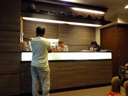 Ruang Tunggu Klinik: Meja Resepsionis