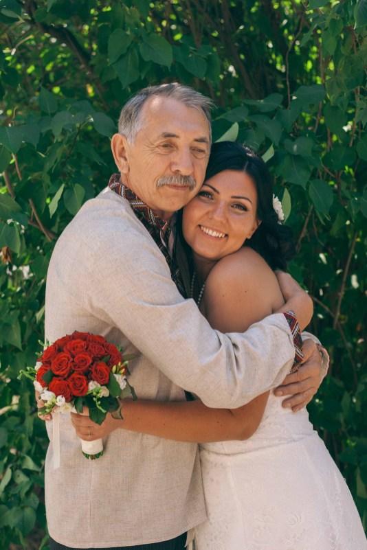 Отец выдал дочь замуж, тяжело отдавать свою кровинку