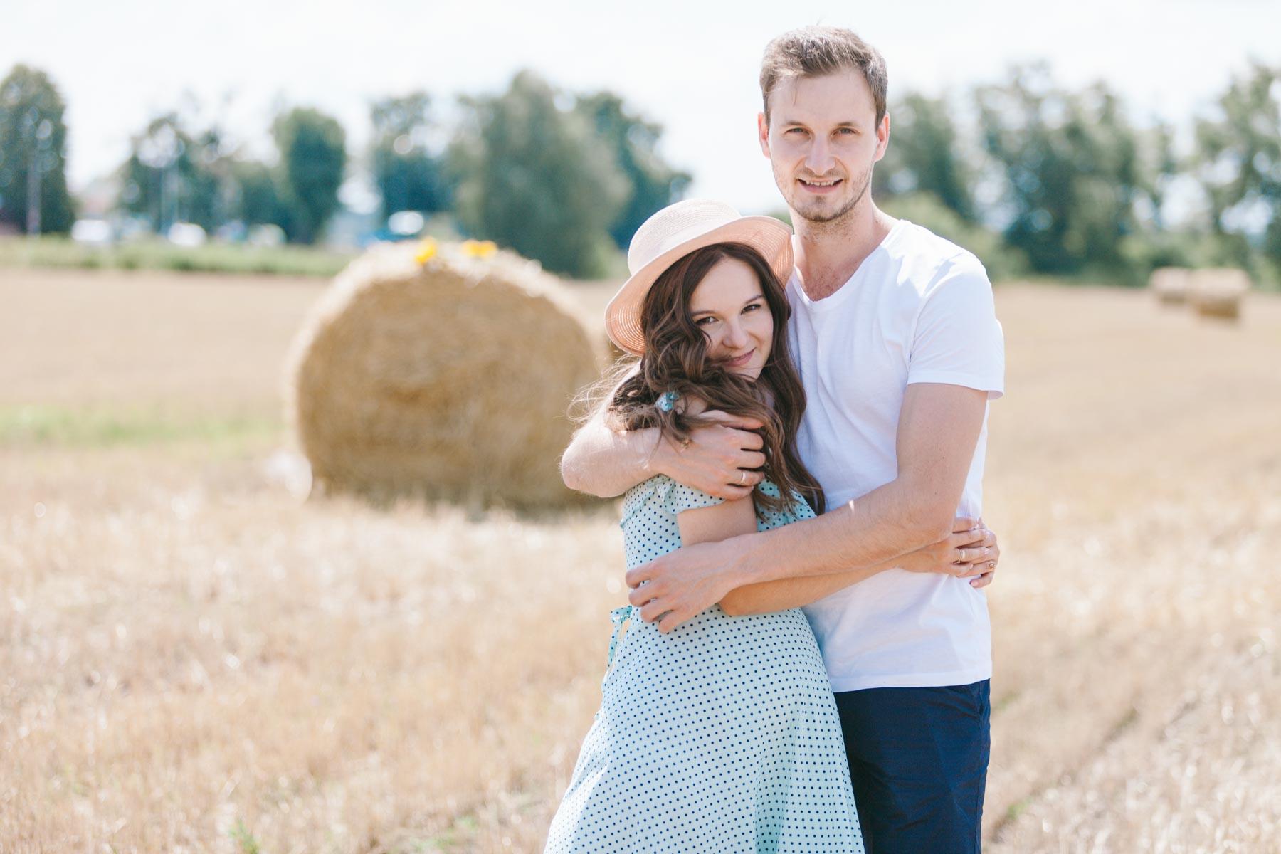 Парень обнимает свою беременную супругу