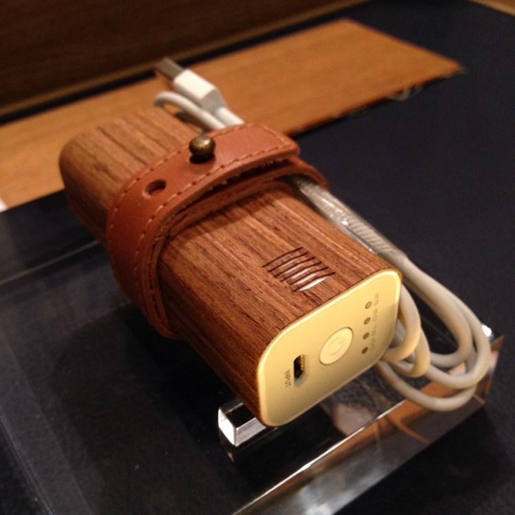Sansiri Artisan Collection | แบตเตอรี่สำรองผิวไม้สัก สำหรับโทรศัพท์มือถือ (Teak Veneer Power Bank)