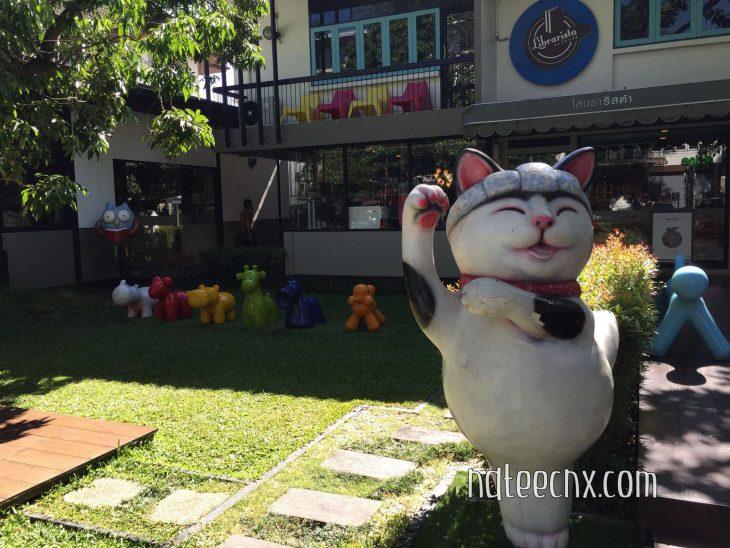 มองมาจากหน้าร้านก็จะมีน้องแมวญี่ปุ่นตัวใหญ่กวักเรียกหน้าร้าน