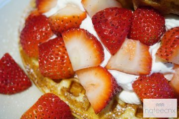 สตอเบอร์รี่วาฟเฟิ่ล : Strawberry Waffle (Fresh Cream, Strawberry, House Made Vanilla Ice Cream)