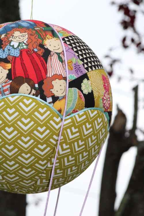 tissus imprimés Patchwork et Ecoliers pour une montgolfière de décoration. Atelier à Bayonne (64)